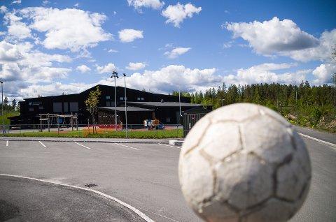 LEGGES MOT NORD: En eventuell ny kunstgressbane på Skredsvikmoen vil komme nord for barnehagen.