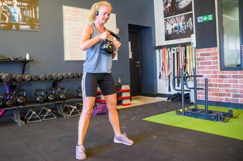 ENDELIG: Renate Holden Søgaard (38) gleder seg over å kunne løfte vekter og trene hos Calma Fitness igjen, etter koronastenging.