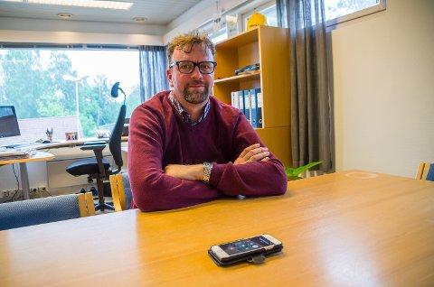TØFT: Tillitsvalgt for FLT, Kjetil Altern, snakker på telefon med tillitsvalgt for Fellesforbundet, Yngve Martinsen, om den tøffe beskjeden de ansatte på Westad fikk onsdag.