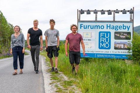 UNGE BOLIGKJØPERE: Siv-Kaia Torsby Andersen (24 - f.v.), Jon Anders Vollan (23), Ola Kaugerud (20) og Aleksander Haakensen (25) har alle valgt å kjøpe bolig på Furumo Hageby i Geithus.