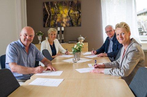 SIGNERING: En ny utbyggingsavtale for fibernett i Modum, Sigdal og Krødsherad signers av adm. dir. i Midtkraft, John-Arne Haugerud (f.v.), Sigdal-ordfører Tine Norman, ordfører i Krødsherad Knut Martin Glesne og Modum-ordfører Sunni G. Aamodt.