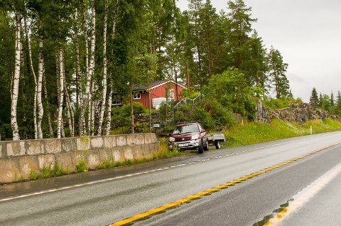 ULOVLIG? Det er denne avkjøringen fra Rv. 35 på Skalstadsletta helt nord i Åmot som har skapt reaksjoner den siste tiden. Modum kommune mener avkjøringen er ulovlig anlagt.