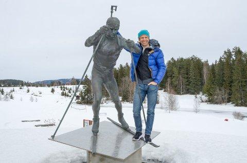 TRENER: Ole Einar Bjørndalen satser mot nok et OL – denne gang som landslagstrener for Kina. Det tar så mye tid at det neppe blir fart på planene om et Bjørndalensenter på Simostranda før etter OL i 2022.