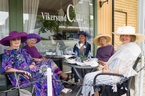 FLOTTE: Sigrun Hals (f.v.), Runi Drolsum, Toril Aasmundrud, Thorunn Bjerke og Hilde Strand har pyntet seg med flotte hatter for anledningen.