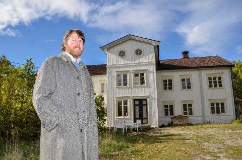 PRAKTGÅRDEN GJENOPPSTÅR: Tore Kierulf Næss vil ikke vise fram huset innvendig før det er ferdig restaurert.  Dette er før den ytre restaureringen, for han hadde ikke tid til å møte oss.