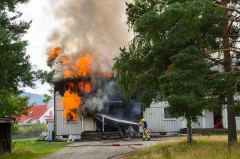 KRAFTIG BRANN: Brannen ødela firemannsboligen totalt og i alt 18 personer ble husløse. Foto: Eirik Gullord