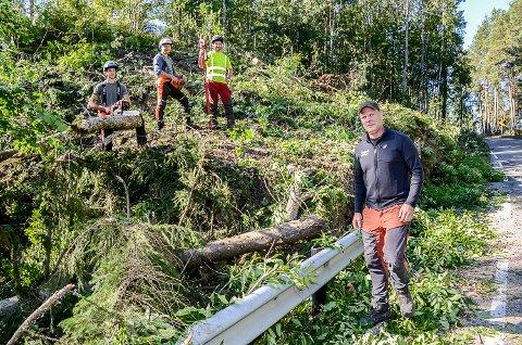 HEGGENVEIEN: August Tærud Aamodt (f.v.), Herman Tærud, Trond Lundestad og Espen Gravermoen var mandag i full sving med å fjerne busker og trær ved Sponevika på Heggenveien.