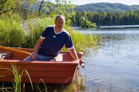 BEKYMRET: Bjørn Vidar Berg er bekymret for krepsebestanden i Bergsjø, da det drives det han mener er ulovlig rovfiske.