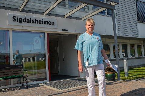 MÅ VENTE: Assisterende leder Ester Nes Ramstad på Sigdalsheimen må vente litt til før hun kan åpne dørene og tillate besøk til beboerne.