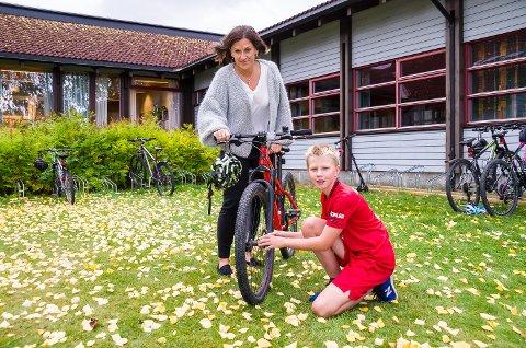 EKSTRA SJEKK: Filip Molenaar (10) og avdelingsleder Lise Sæther Martinsen tar en ekstra sjekk på at alt er i orden med sykkelen han bruker til og fra skolen daglig.