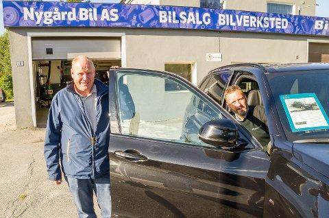 VOLDSOMT: Børge Nygård og Morten Jahr hos Nygård bil i Åmot forteller om et voldsomt bruktbilsalg gjennom våren og sommeren. En periode var den lokale bruktbilbutikken nesten utsolgt for biler.