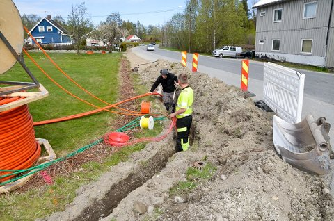 VIKTIG INFRASTRUKTUR: Med ny milliontildeling fra Viken fylkeskommune, vil det bli bygget mye nytt brebånd i Midtfylket de neste årene. Her fra utbygging i Vikersund i sommer.