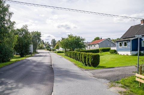 SNART FORKJØRSVEI: Geithusveien fra Vikersund til Nybrua skal bli forkjørsvei. Det betyr at sjåfører fra høyre får vikeplikt. Bare på dette bildet er det tre veier du i dag har vikeplikt for, men som til vinteren vil få vikeplikt for deg.