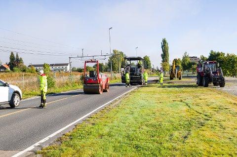 TIL GLEDE: Selv om arbeidet ofte medfører ventetid, er ny asfalt stort sett alltid til glede for bilister og andre kjørende.