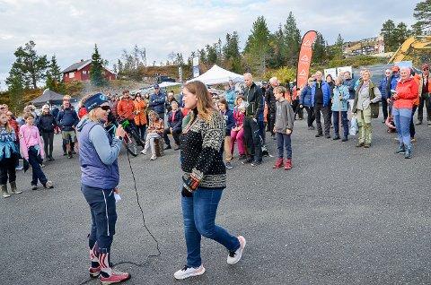 SPENNENDE: Guro Gulsvik (t.v.) og Ellen Anne Bye hadde mye spennende å fortelle fritidsbeboerne på Norefjell,