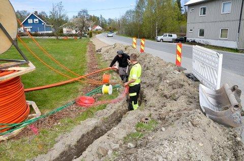 MER GRAVING: I fjor ble det gravd og lagt rør til fibernett i på Geithusveien i Vikersund. Nå er det Åmot som står for tur.