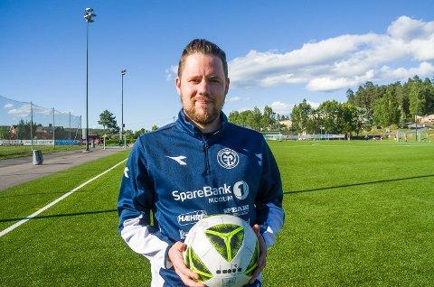 JUBLER: Stein Ellingsen smiler og jubler over at fotballen og andre idretter igjen kan trene som normalt – med nærkontakt.