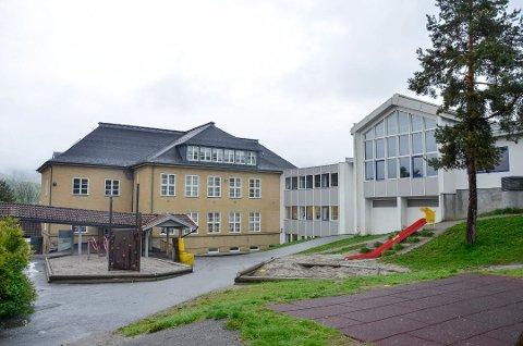 HOLDES PÅ GRØNT: Trafikklysene ved Stalsberg og de øvrige skolene i Modum holdes på grønt, selv om mange klasser for tiden er berørt av koronasmitte.