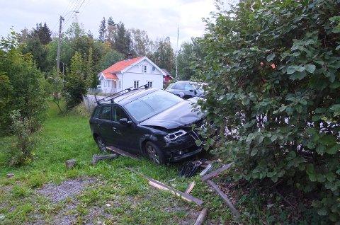 SAMMENSTØT: En bil kjørte av veien og traff en stolpe på Skotselvveien mandag morgen.