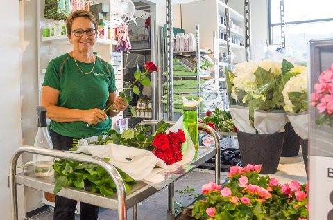 FORNØYD: Butikksjef i Mester Grønn Vikersund Kjersti Trøstheim er fornøyd med antall søknader hun fikk inn og tror hun skal finne den rette i bunken.