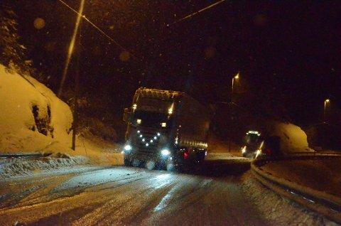 KAOTISK: En trailer rygget helt tilbake til trafikkstasjonen i Nulandsvika etter snøfall vinteren 2013. Arkivfoto: Svein Løvland