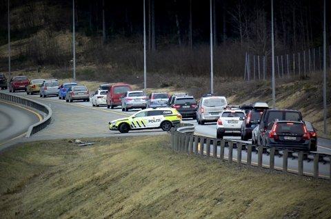PÅ STEDET: Politiet sendte en patrulje til stedet for å passe på at ingen snur der de ikke har lov til å snu.