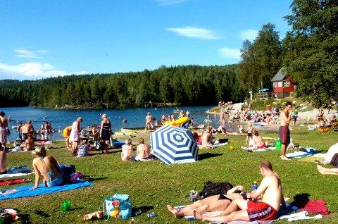 SNART SOMMER: badeplass ved hagatjern er et populært samlingssted på sommeren. I år kan det blir utfordrende for kommunen å tømme søppel på de 25 kommunale badeplassene i Drammen kommune.