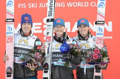 TRIPPEL NORSK: De norske hopperne avsluttet Vikersund-helgen i samme stil som lørdagen. Fra venstre: Andreas Stjernen, Robert Johansson og Daniel Andrè Tande.