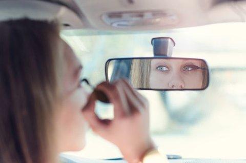 PASS OPP: Når du vet at enkelte både sminker seg og tekster bak rattet, gjelder det å være ekstra årvåken i påsketrafikken.