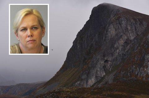 Redningshelikopteret i søk ved Offersøykammen mandag ettermiddag. Ordfører i Sande, Elin Weggesrud (innfelt) sier at kommunen har tatt godt hånd om de pårørte.