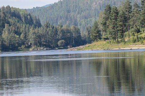 Flere samlet seg i formiddag på stedet for den tragiske drukningsulykken ved Døviksfoss i Åmot.