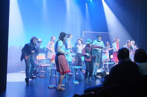 PÅ ROCKER´N: Drammen barne- og ungdomsteater spiller Olsenbanden jr. på rocker´n på studioscenen.