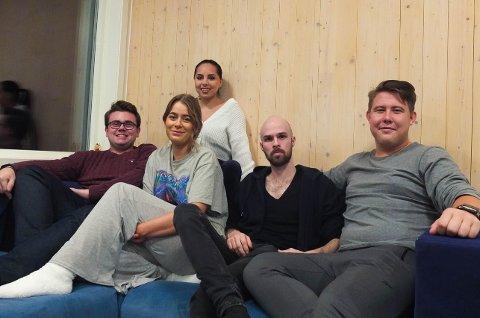 GOD STEMNING: Denne gjengen trives godt i hverandres selskap. (f.v) Vegard Tysseland, Andrea Jakobsen, Jennifer Aalborg, Isak Nyhus, Sverre Sævarang.
