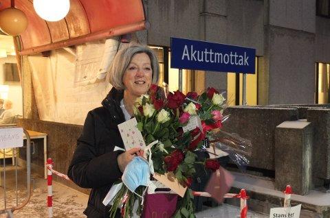 SISTE ARBEIDSDAG: Etter 36 år på Drammen sykehus går veien videre til Legevakta for Anne-Barbro Moen. Kollegaer og venner møtte opp med blomster og sang på hennes siste arbeidsdag.