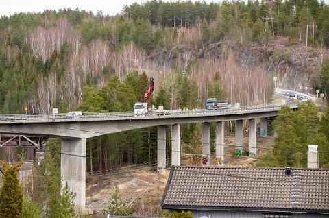 Det var på Katfoss bru i Geithus i Modum en svensk ansatt i BMO ble utsatt for en arbeidsulykke mandag.