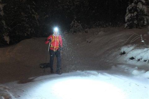 LAGER SPOR: Her går Michael René Helgestad med bildekk på slep for å lage løyper for gående og syklende i skogen. Dette gjør han for å lage spor som ikke bare er ment for skiløpere.