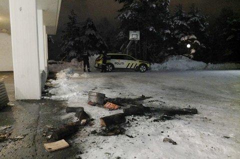 BØTTEBRANN: Noen la vedkubber i ei bøtte. Politiet og brannvesenet rykket ut. Kort tid senere var brannen slukket.