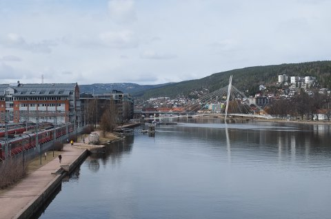 VÅRLIG: Det er vårlig stemning i Drammen sentrum onsdag.