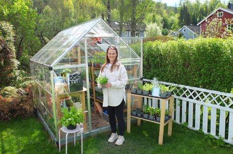 HOBBY: I hjørnet av hagen ligger det lille drivhuset hvor steller Malin Jarnæs Haaland med plantene.