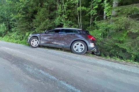 En bil kjørte i grøfta i Solbergveien tirsdag kveld.