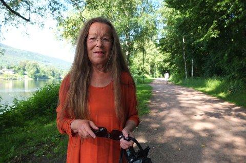 VIL HA SLUTT: Edel Sveen mener man må slutte å bruke plantevernmiddel langs turstien, som hun sier kan skade blant annet dyr og miljø.