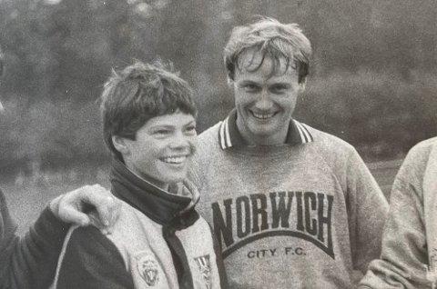 38 ÅR SIDEN: Her møter 14-åringen Vegard Hansen (t.v.) den norske englandsproffen og Norwich-spiller Åge Hareide. Året var 1983.