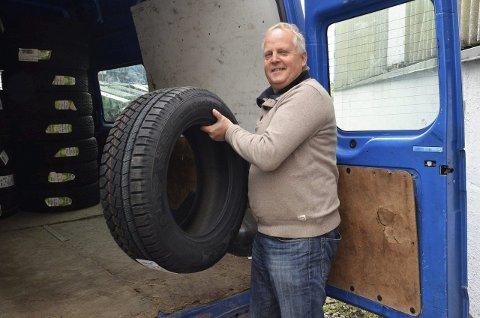 Fornøyd dekkselger:  Nå er det «hjulestemning» hos Eiker Motorshop i Hokksund og eier Svein Rust forteller at de daglig sender ut store lastebillass med vinterdekk. - Du kan gjerne si at hjula går rundt om dagen, ler Rust.