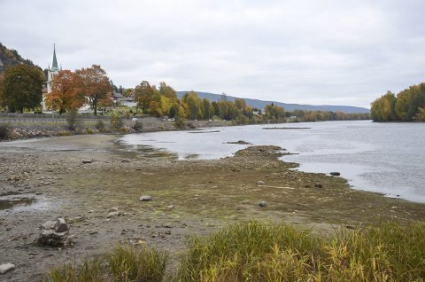 Lite vann: Vannstanden i Drammenselva har vært rekordlav i det siste. Dette bildet ved Nedre Eiker bru viser klart dette.   Foto: Kjell Lange.