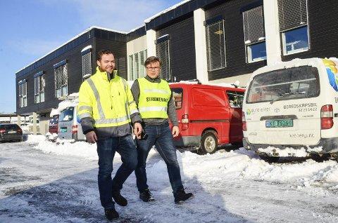 Puster ut: Jarle Mjøs (t.v.) og Geir Wamstad, kunne puste litt lettet ut mandag morgen, etter at alle Øvre Eiker Energis abonnenter igjen hadde fått strømmen tilbake.