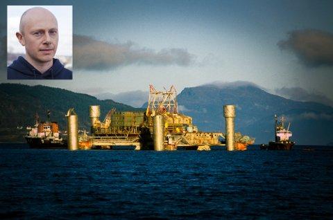 """HVA SKJEDDE: Atle Berge (innfelt) er bosatt i Hokksund, og har brukt de siste fem årene på å skildre Alexander L. Kielland-ulykken.  Stavanger 1983: ALEXANDER KIELLAND - SNUING/SENKING. """"Alexander L. Kielland""""-plattformen kantret 27. mars 1980 på Ekofiskfeltet i Nordsjøen. 123 mennesker omkom. Her bilder fra forsøkene på snuing, - og den senere senkingen i 1983. Plattformen ble senket med 50kg sprengstoff, og sank på 712m dyp i Nedstrandsfjorden, nord for Stavanger. To tidligere snuoperasjoner var mislykket."""