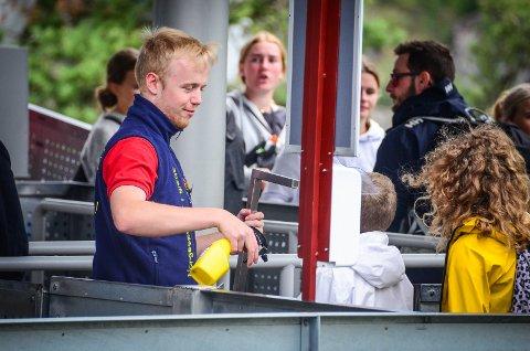 SPRIT FØR AVGANG: Besøkende som skal ta Thundercoaster på TusenFryd må vaske hendene med håndsprit før de slipper til.