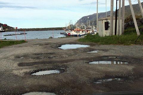 Slik ser de kommunale veiene i Skarsvåg ut. Nå tar kommunen tak i dette.