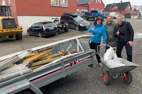 FERDIG PLUKKET: Linda Haug Pettersen, Britt Marit Eriksen og Ida Djupevåg-Hansen fikk plukket en del søppel. De kunne ikke ta æren for alt som var i tilhengeren.