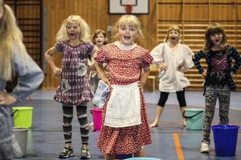 Alle gode ting er tre! På den nystarta Musikalskulen har deltakarane fått øve seg på både dans, song og drama – den magiske musikalmiksen. Frida Nydal Nygård (7) syng og viser korleis det er å leve på barneheimen i musikalen «Annie».
